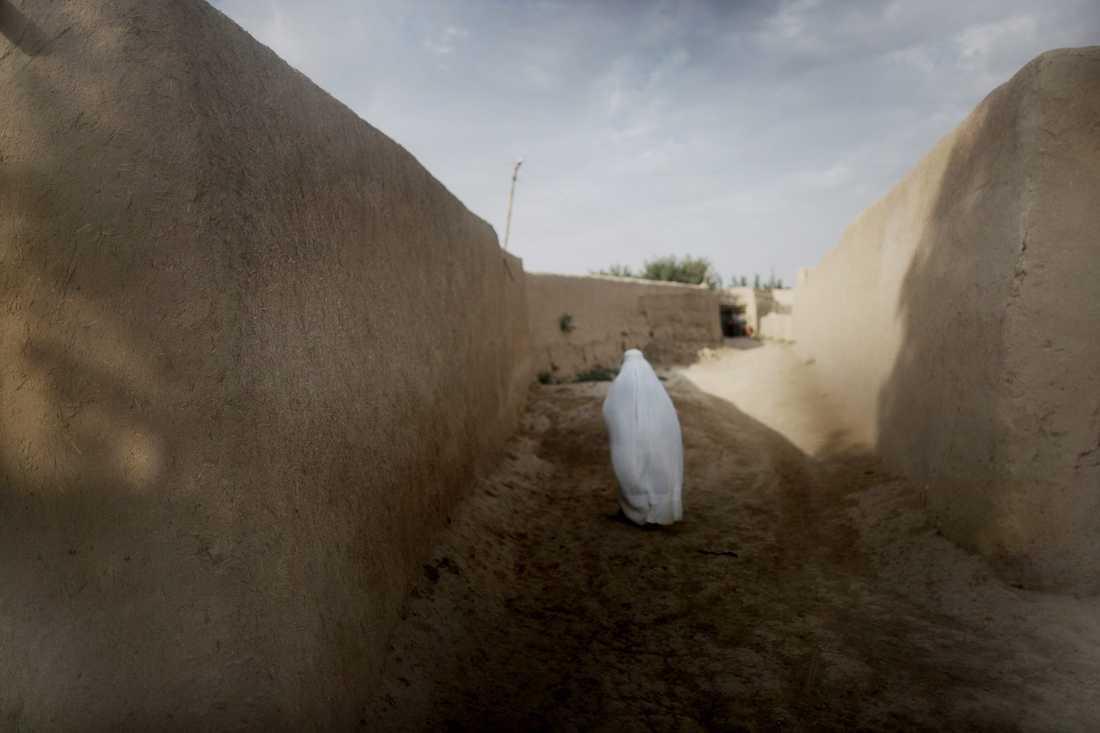 Endast ett fåtal kvinnor syns i byn. De flesta stannar i hemmet.