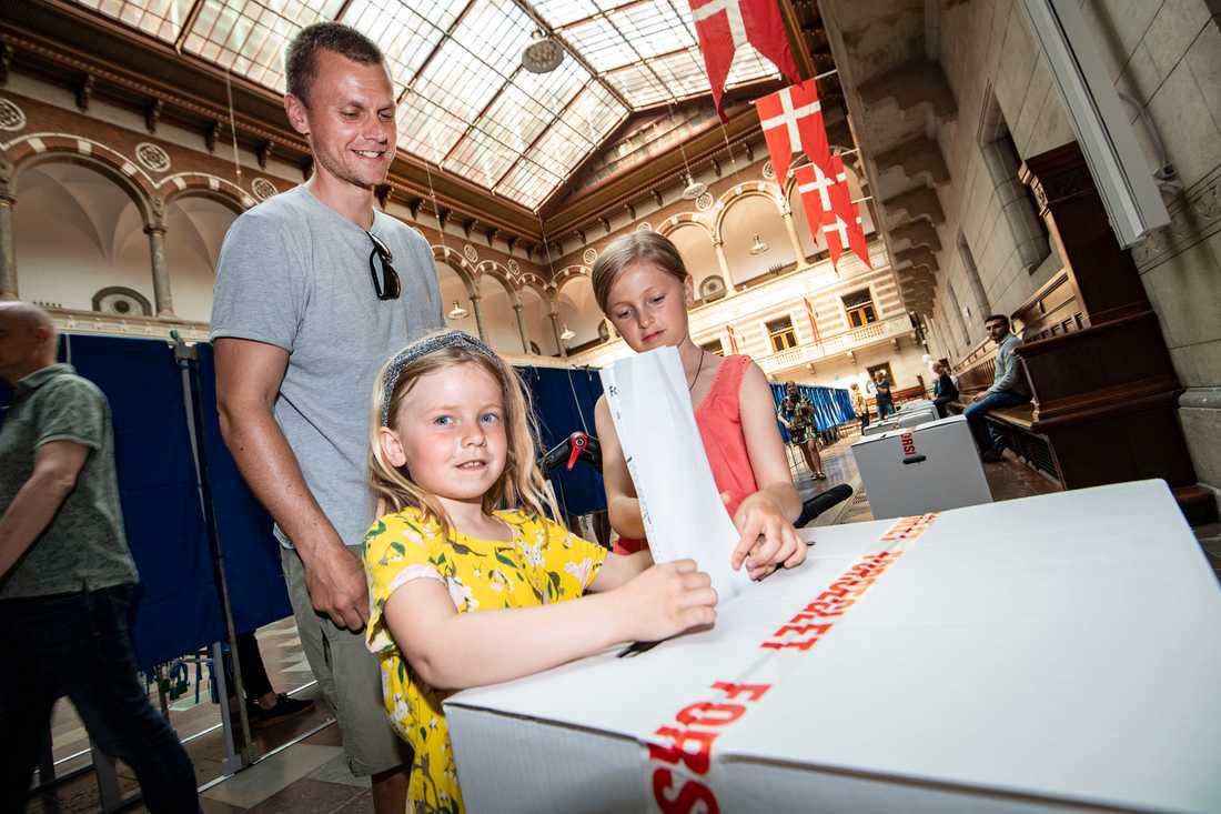 Troels Bjørn Thorn säger till TT att han förväntar sig spännande veckor efter valet. Här får han hjälp av döttrarna Agnes och Ella när han röstar i Köpenhamns rådhus.