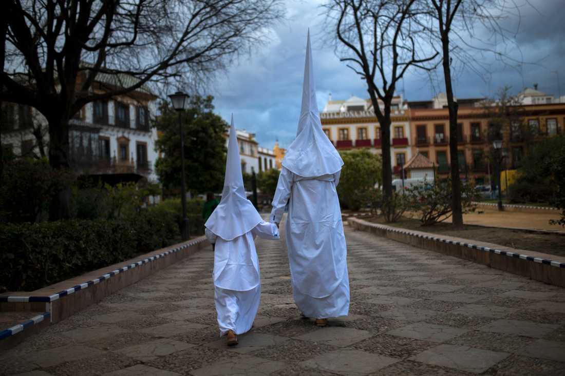 Spanien: Ku Klux Klan-liknande dräktparader, som dock inte har något som helst samband med den rasistiska organisationen.