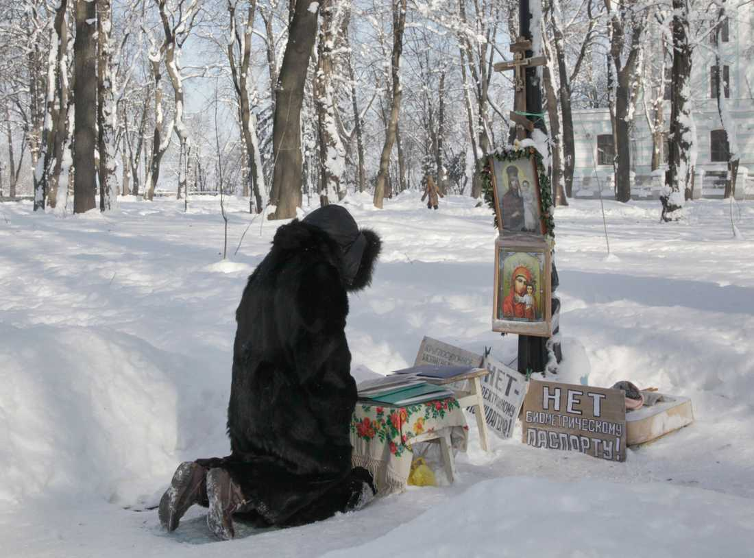 En kvinna i en park i Kiev, Ukraina.