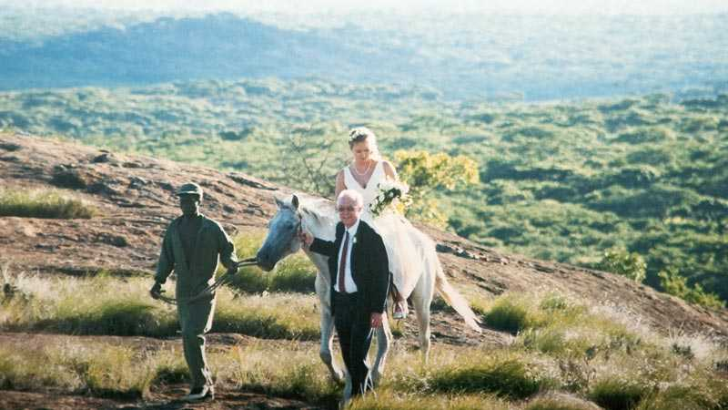 Bröllop på berget Bila. Nina och Ola gifte sig i Zimbabwe.