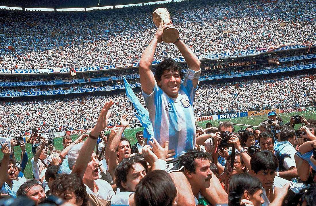 Maradona höjer VM-bucklan efter vinsten i Mexiko 1986.