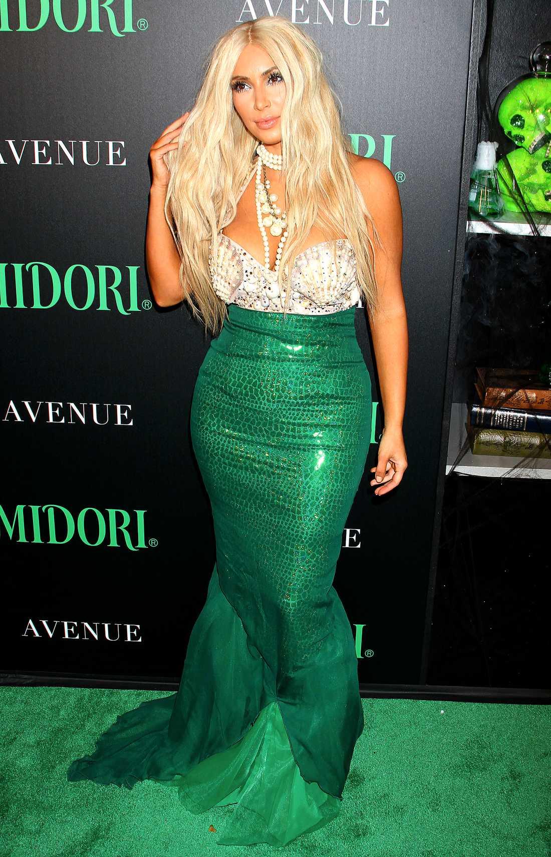 Kim Kardashian med blondperuk och utklädd till en sjöjungfru.