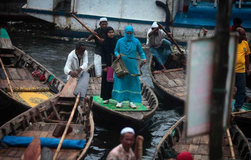 BANGLADESH: Regnläget är akut De värsta monsunregnen på flera år har orsakat omfattande översvämningar, främst i landets låglänta sydöstra delar. Där har floderna på sina håll rest sig tre  meter ur sina fåror och skurit av kommunikationerna med hamnstaden Chittagong. Minst en miljon är akut nödställda och ett hundratal människor har omkommit.