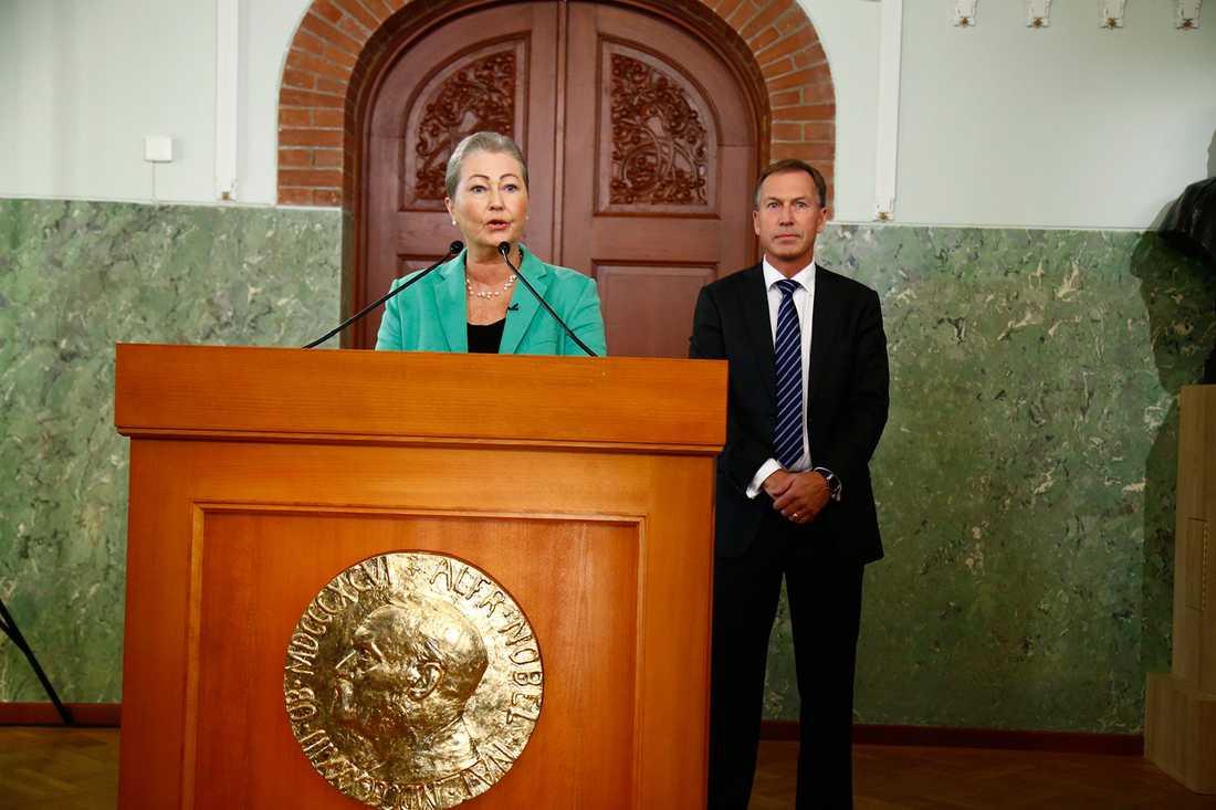 Kaci Kullmann Five, ordförande i Nobelkommitten, och Olav Njølstad, sekreterare, tillkännager årets fredspristagare på Nobelinstitutet i Oslo.