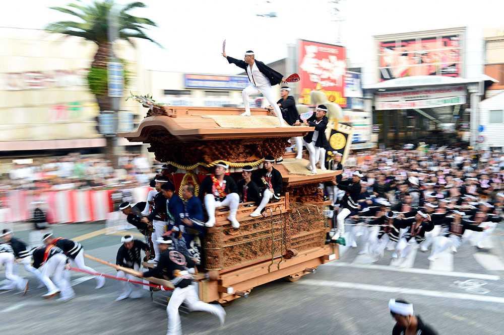 "Deltagare drar en vagn i karnevalen ""Kishiwada Danjiri"" i Osaka, Japan."