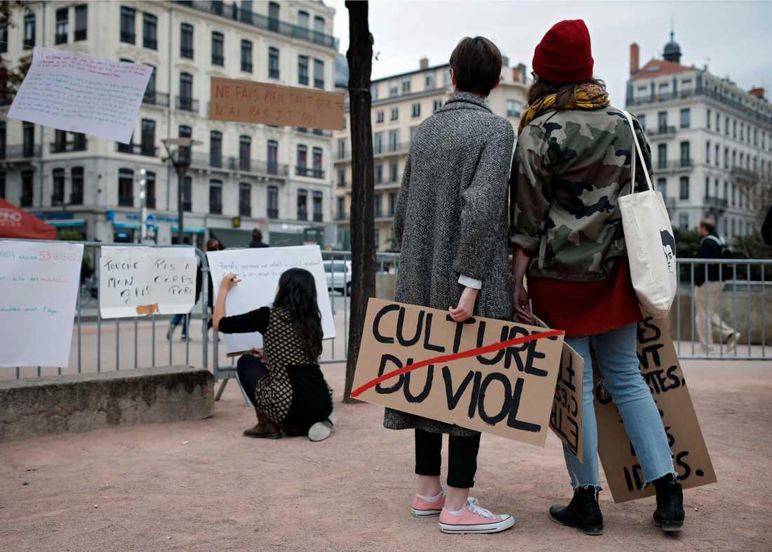 """En kvinna håller en skylt med texten """"våldtäktskultur"""" under en demonstration i franska Lyon mot sexuella övergrepp och trakasserier 2017. Arkivbild."""