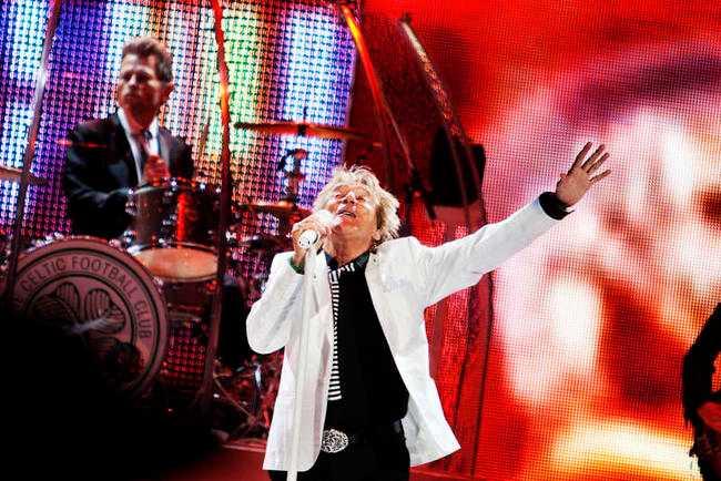 """LEVER LIVET Förkyld och självironisk dök 68-årige Rod Stewart upp i Globen i går när turnén """"Live the life"""" nådde Stockholm."""