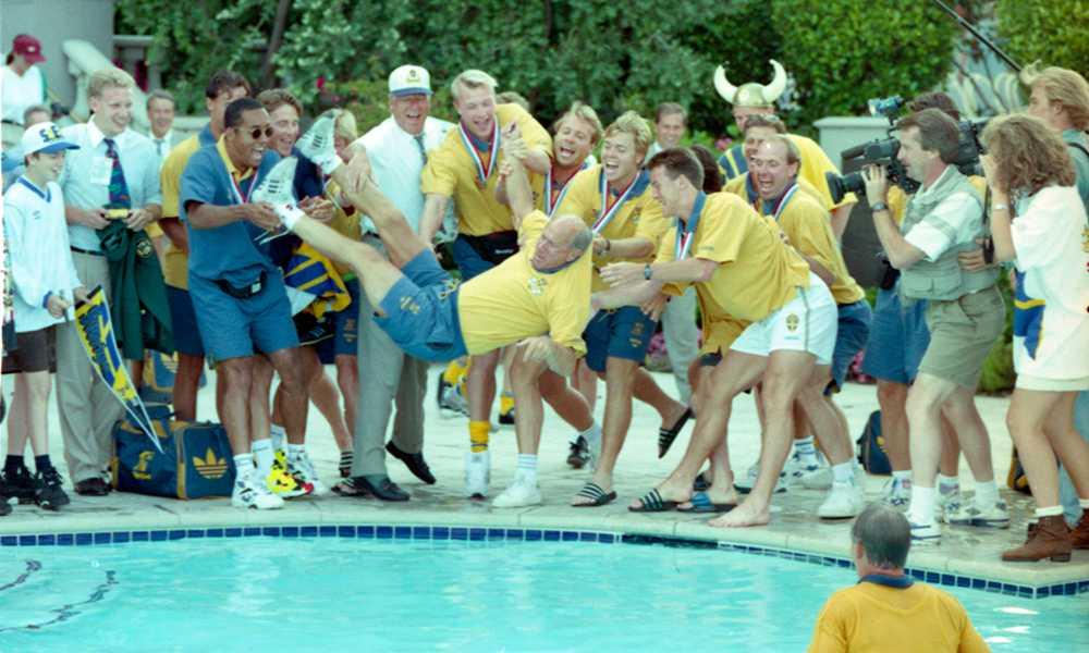 Efter Grip var det Tommy Svenssons tur att kastas ner i poolen.