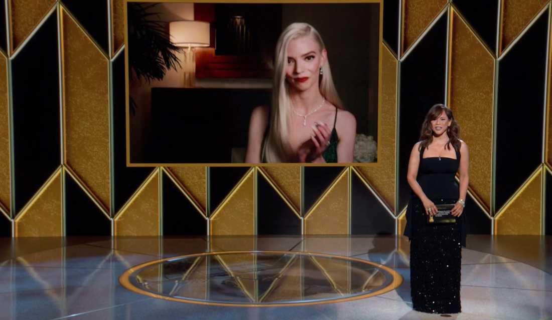 """Anya Taylor-Joy tar emot priset  för bästa kvinnliga skådespelare för sin roll i serien """"The Queen's Gambit""""."""