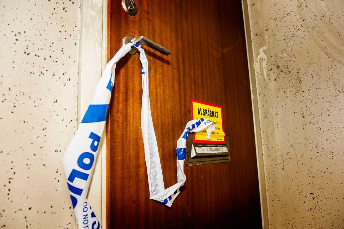 Polisen har spärrat av lägenheten.