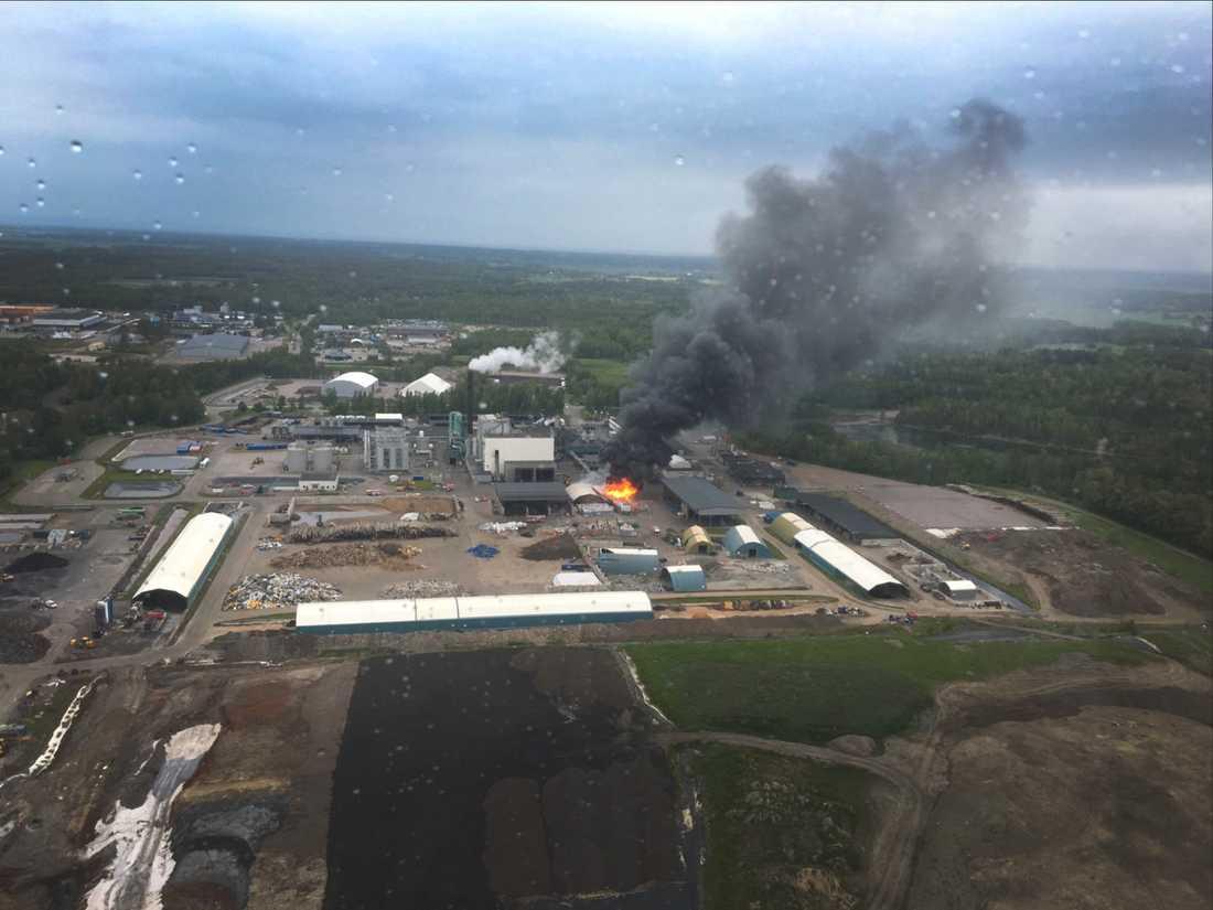 Brand på avfallsanläggning i Kvarntorp i Kumla.
