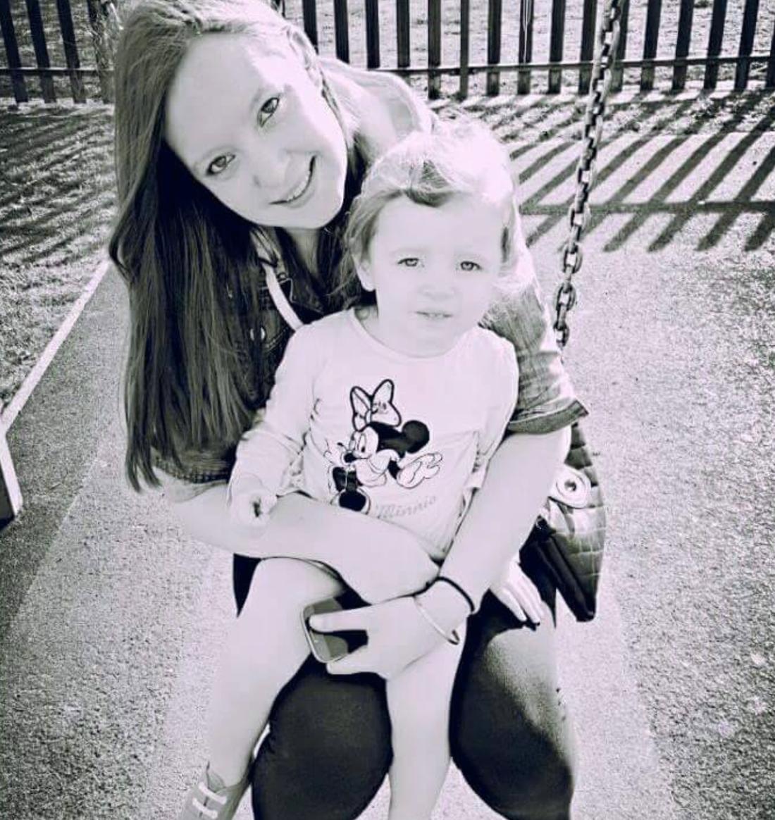 Sammi Ovington och hennes dotter Skye, 3