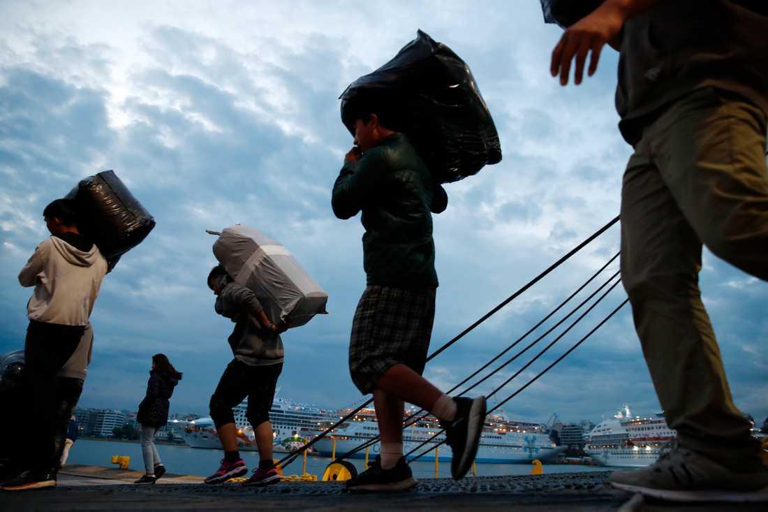 En strid ström migranter och flyktingar, hittills i år nästan 45000, kommer över Medelhavet till grekiska öar som Lesbos. Arkivbild från oktober.