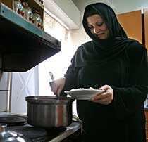 Salil är änka och bor med dottern Rageed och fyra söner i en lägenhet.
