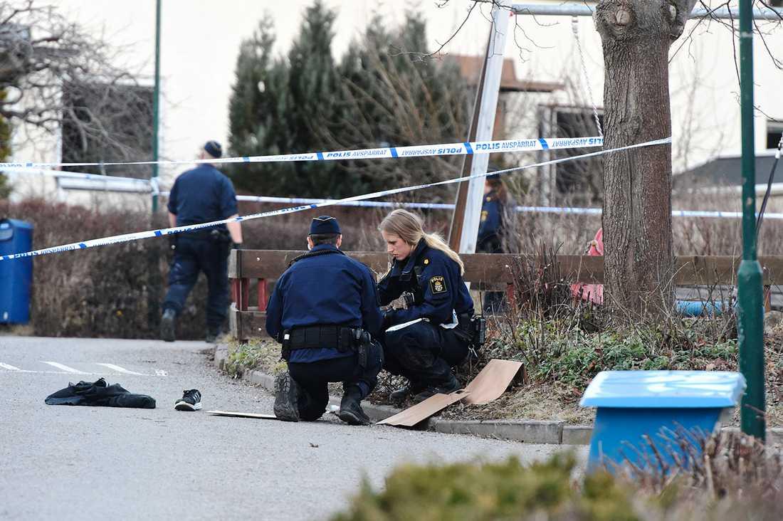 Polis på platsen där en man sköts.