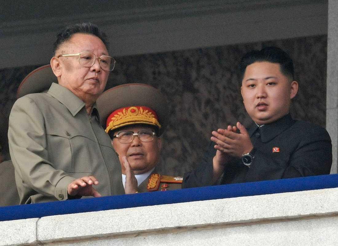 Kim Jong Il (till vänster) är död efter att antagligen ha fått en hjärtinfarkt ombord på sitt pansartåg. Efterträdaren blir hans son, Kim Jong Un (till höger).
