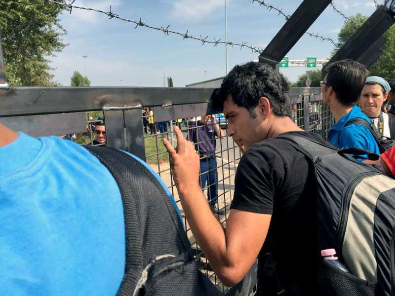 Röszke, den stora gränsövergången från Serbien till Ungern, är stängd för flyktingar som inte kan visa upp papper på att de sökt asyl.