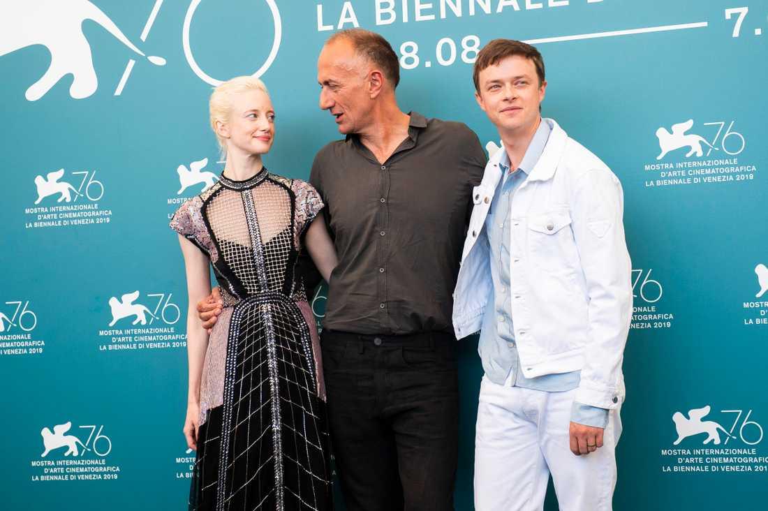 """Andrea Riseborough tillsammans med regissören Stefano Sollima och skådespelaren Dane DeHaan inför premiären på """"Zerozerozero"""" på filmfestivalen i Venedig. Arkivbild."""