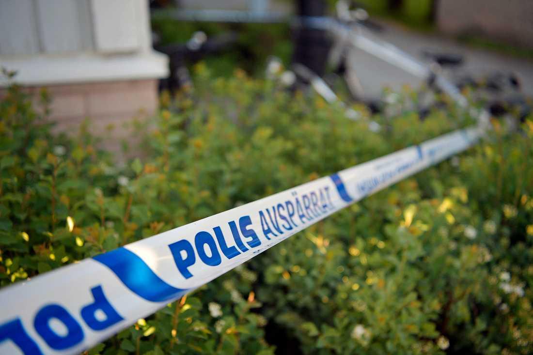 Polisen spärrade av ett hus i ett bostadsområde i Örebro.
