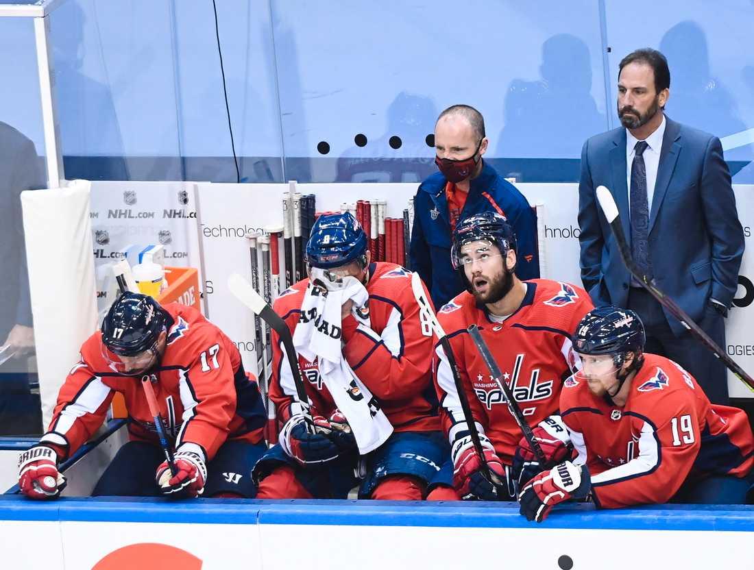Bäckström (till höger) var tillbaka på isen men det hjälpte inte Capitals.