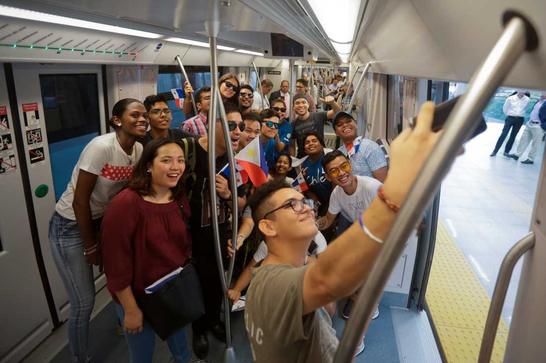 En grupp ungdomar poserar för en selfie på den nyöppnade tunnelbanan i Panama City i torsdags.
