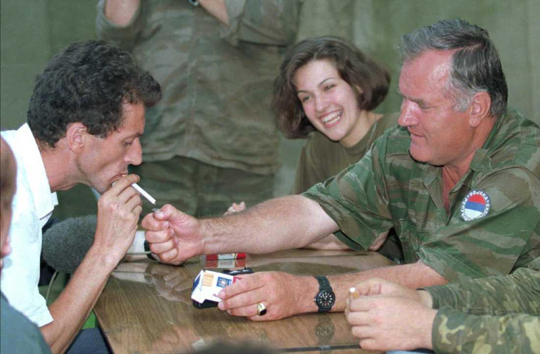 Mladic täder en cigarett åt Hamdija Torlak, ledare för Zepa-enklaven, ett FN-skyddat område som Mladics styrkor intog i juli 1995.