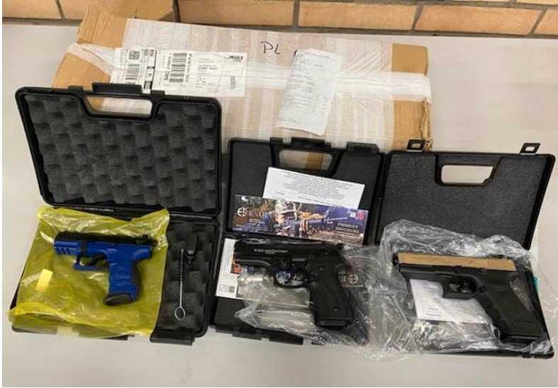 Mannen ankom med färja från Polen till Ystad den 11 december. I lastutrymmet i hans skåpbil hittade tullpersonal en kartong med de tre pistolerna med tillhörande magasin.