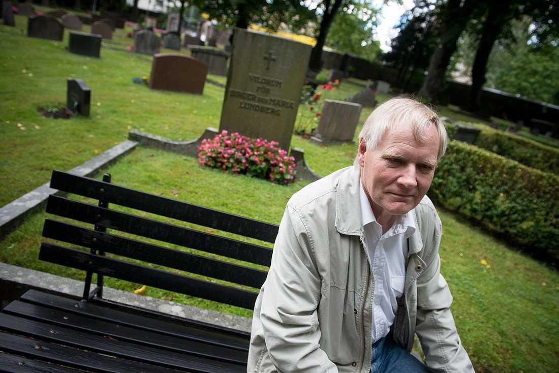 Bengt Thelander, södertäljebo och tidigare socialchef, är upprörd över kommunens nya sparsätt.
