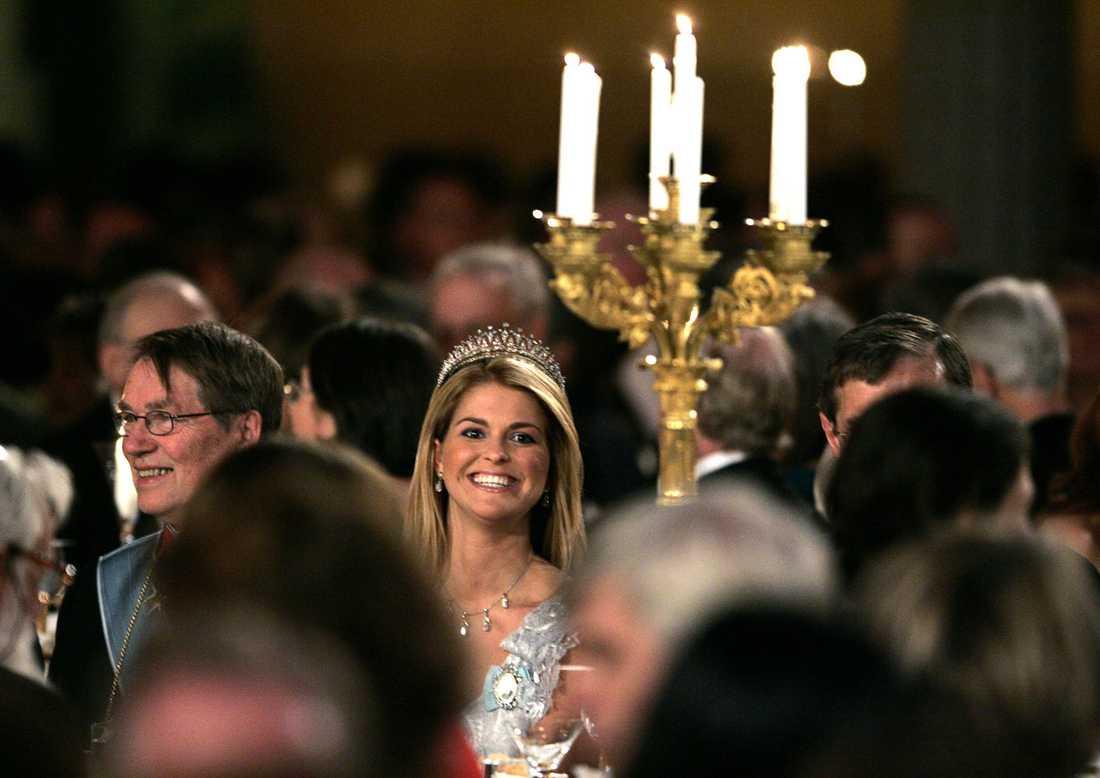 Omtalad klänning En leende prinsessa under 2005 års Nobelbankett i Stadshuset i Stockholm. Under Nobelfesten bar prinsessan Madeleine den omtalade, röda och urringade klänningen.