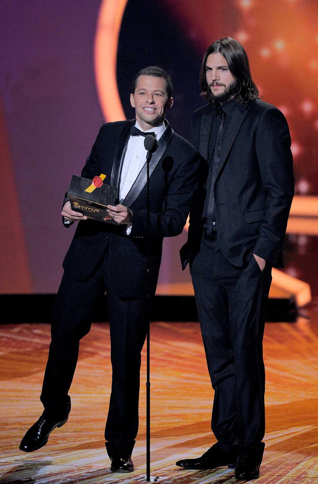 """Jon Cryer och Ashton Kutcher ur """"2 1/2 män"""" delade ut priser."""