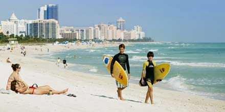 Miami Beach är amerikanernas egen riviera. Här är det lika vanligt att se kändisar som surfare på standen.