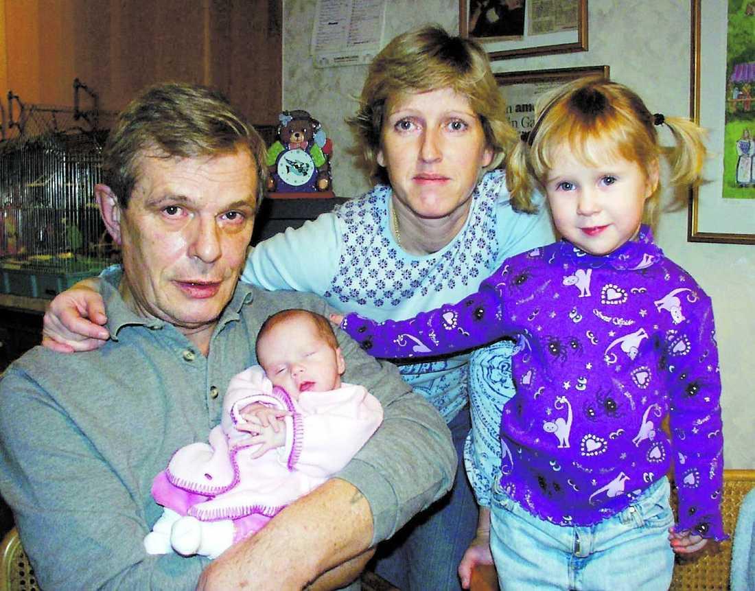 """Alf Robertson blev pappa sent i livet. När han var 59 år blev han pappa till Lisen, och vid 61 års ålder blev han pappa till Isabella. """"Det var otroligt jobbigt för honom att veta att han inte skulle få se sina barn växa upp"""", säger Monica Robertson."""