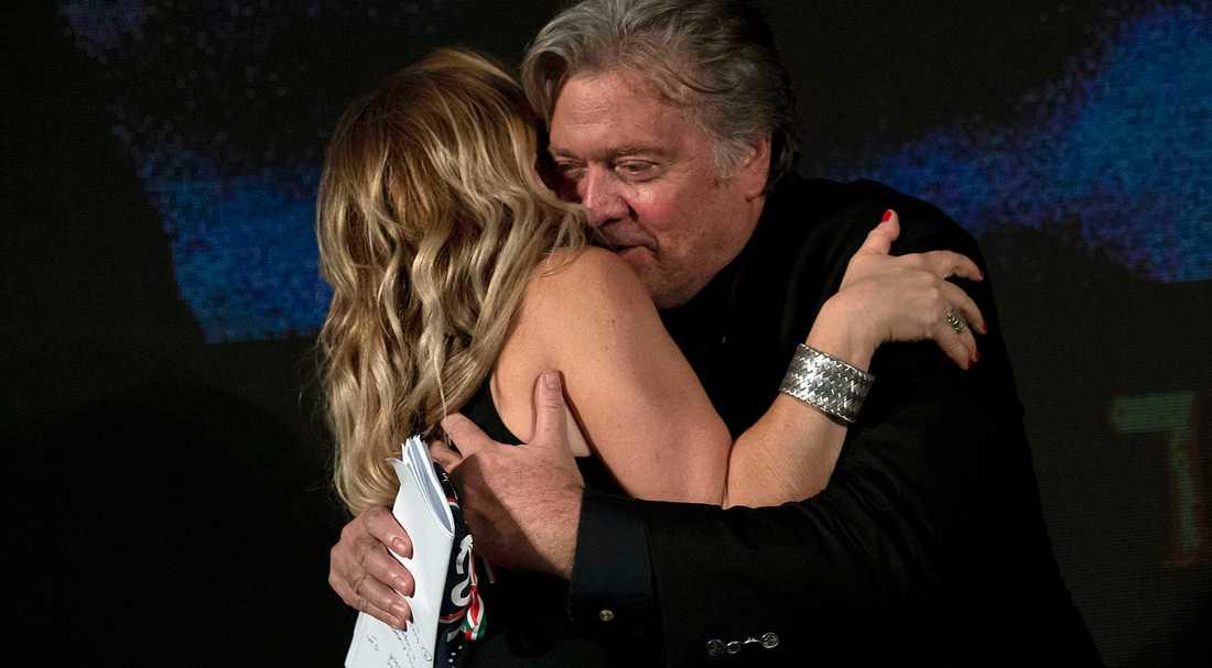 Steve Bannon kramar Giorgia Meloni, ledare för postfascistiska partiet Italiens bröder, i Rom den 22 september.