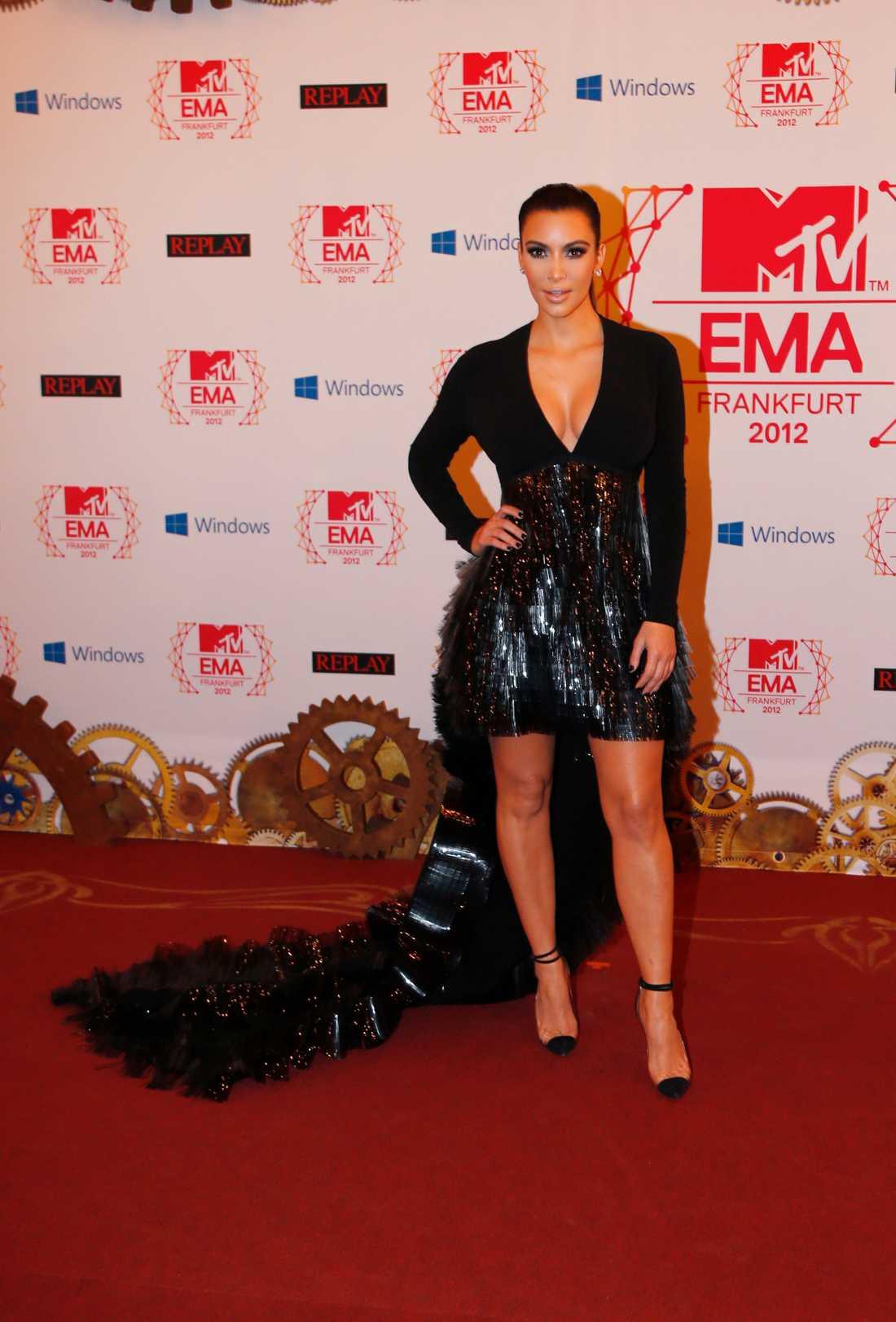 Kim Kardashian var het i sin kortkorta klänning med släp och fin urringning framtill.