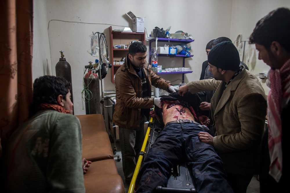 NICLAS HAMMARSTRÖM På ett litet fältsjukhus i Aleppo undersöker personalen en man som blivit skjuten av en prickskytt. Hans liv går inte att rädda.