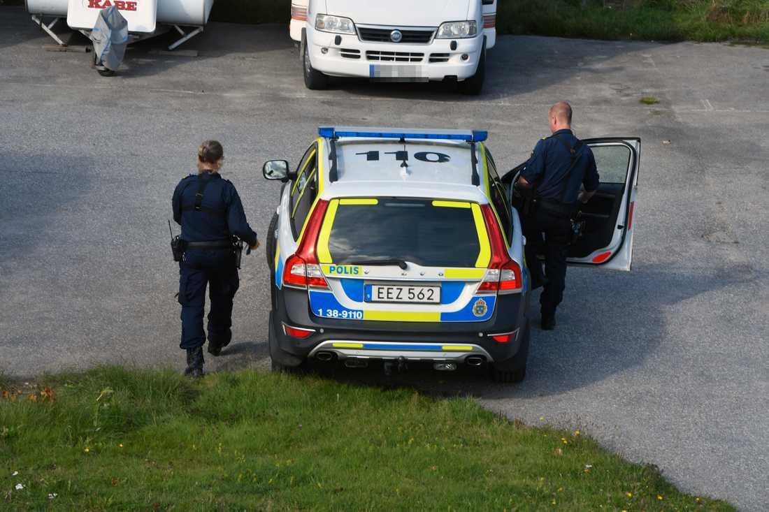 Polisen övervakar en adress i södra Stockholm efter att en kvinna ska ha blivit kidnappad.