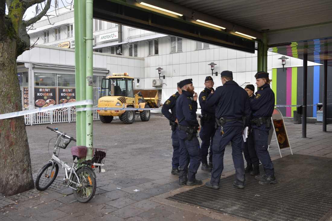 Flera maskerade gärningsmän har rånat en pantbank i Hallunda.