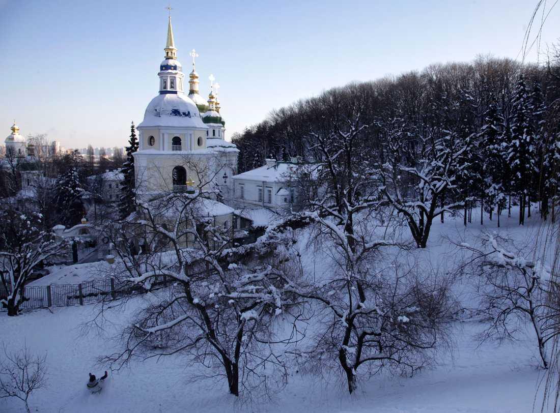 En ortodox katedral under ett snötäcke i Kiev, Ukraina