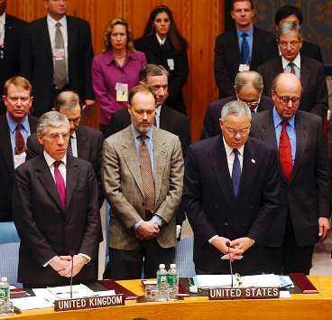 En tyst minut Storbritanniens utrikesminister Jack Straw och USA:s utrikesminister Colin Powell och ledamöterna i FN:s säkerhetsråd håller en tyst minut för dem som omkom i flygkraschen i Queens igår. Olyckan ledde till att säkerheten kring FN-huset höjdes   ingen släpptes in under flera timmar.