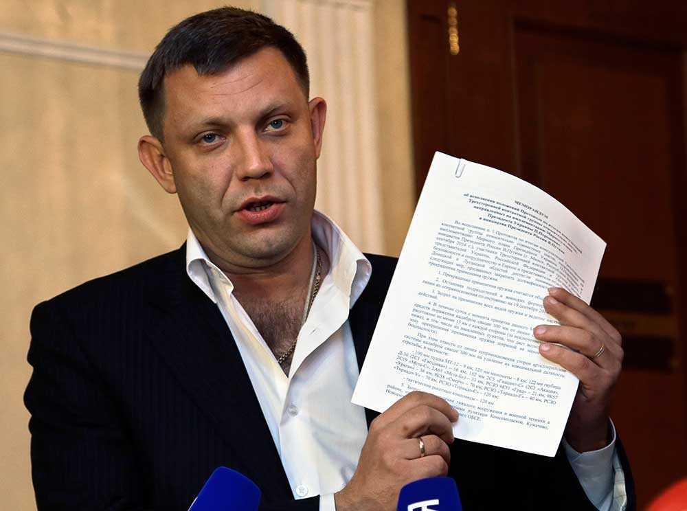 Alexander Zakharchenko Ledaren för separatisterna i Donetsk visar upp det undertecknade memorandumet.