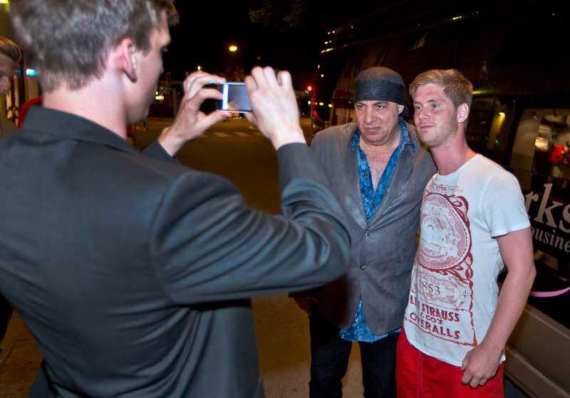 POSERAR Steve Van Zandt förevigades på bild med fansen.