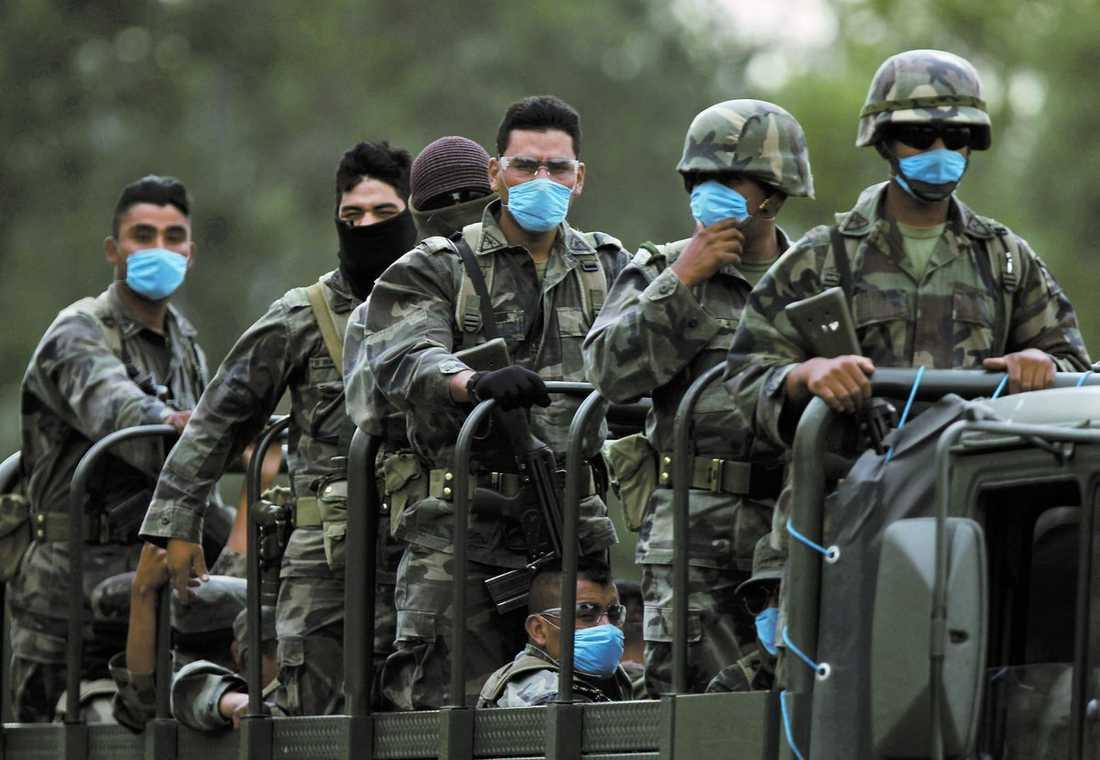 MEXIKO Militären har också utrustats med skyddsmasker.