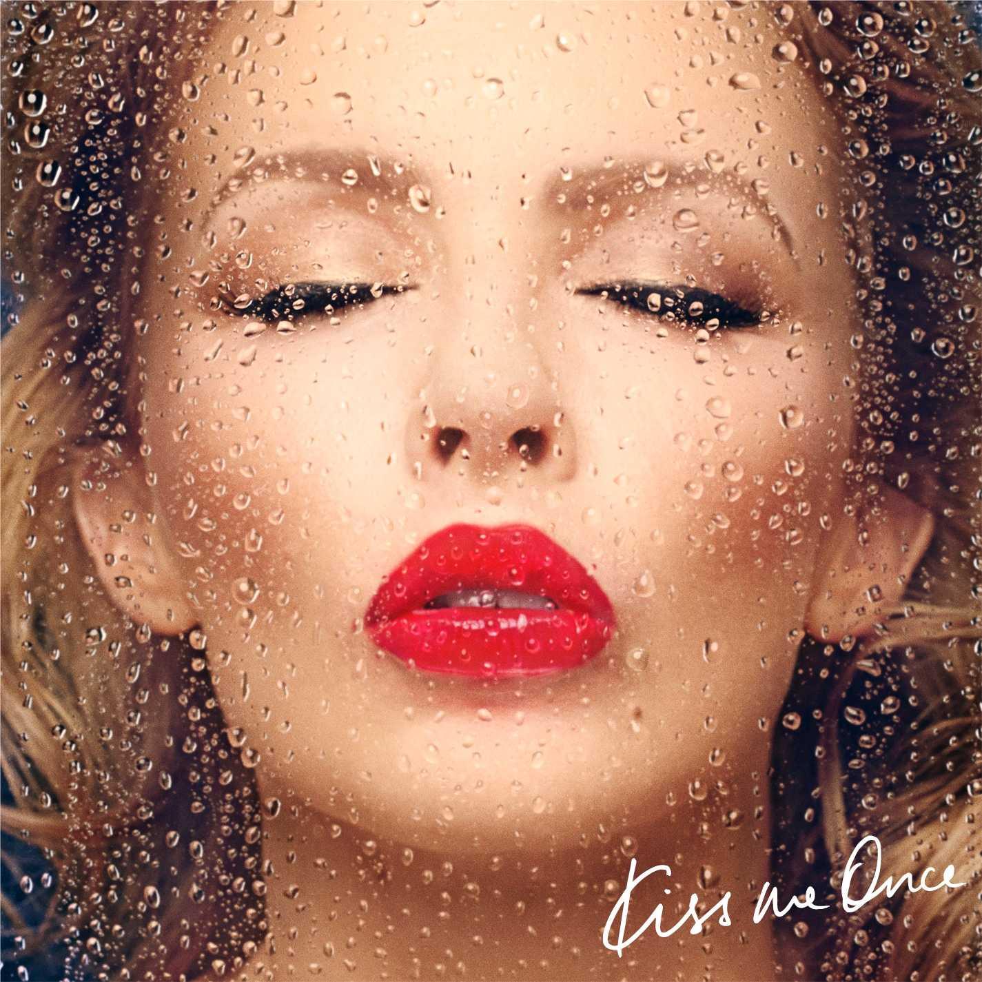 """Omslaget till Kylies nya skiva """"Kiss me once"""". De röda läpparna pryds med KMO."""