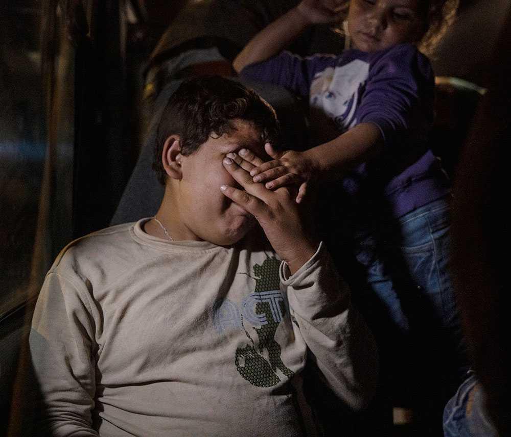 Ahmed, 13 förlorade sin mamma när Turkiet bombade deras hem. Nu sitter han på en buss och väntar på att få en sovplats i flyktinglägret.