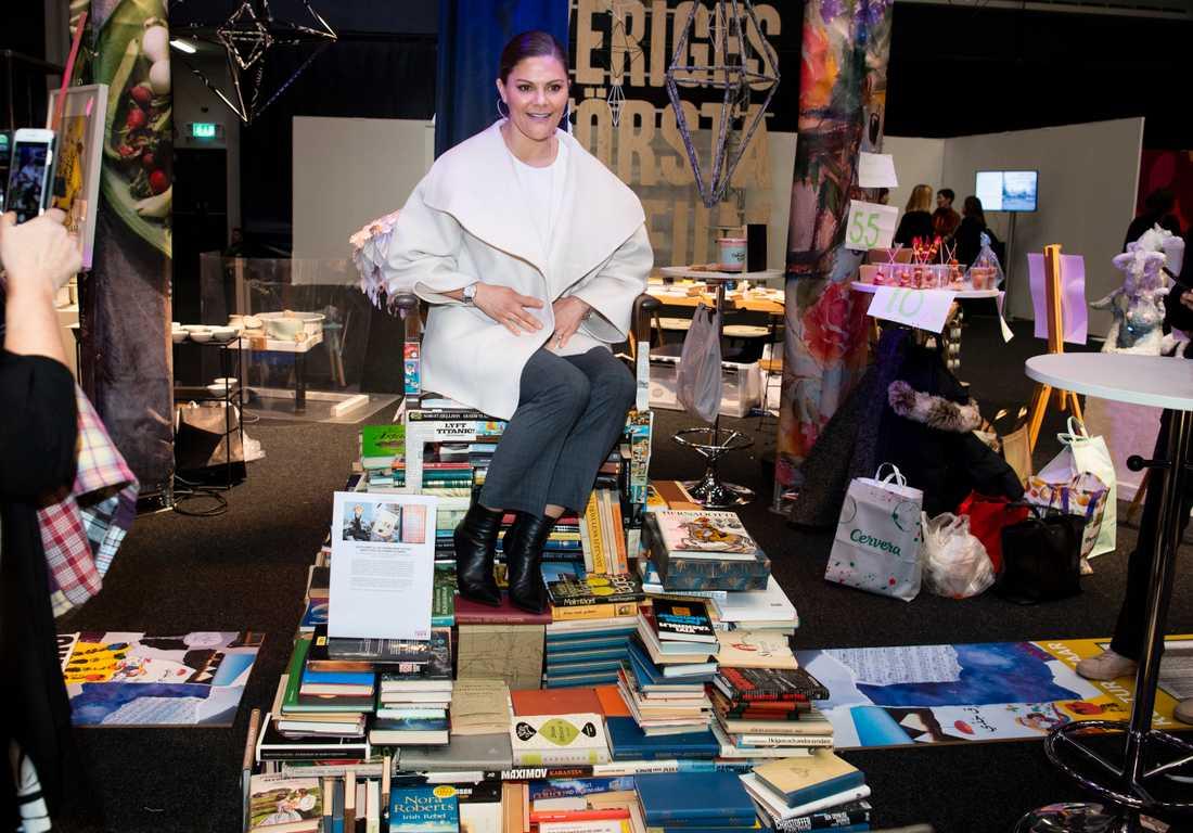 Kronprinsessan Victoria på konventet Folk och Kultur. Här vid en monter med en tron gjord av böcker och hela verket är gjort av Quinteros Regina Garcia.