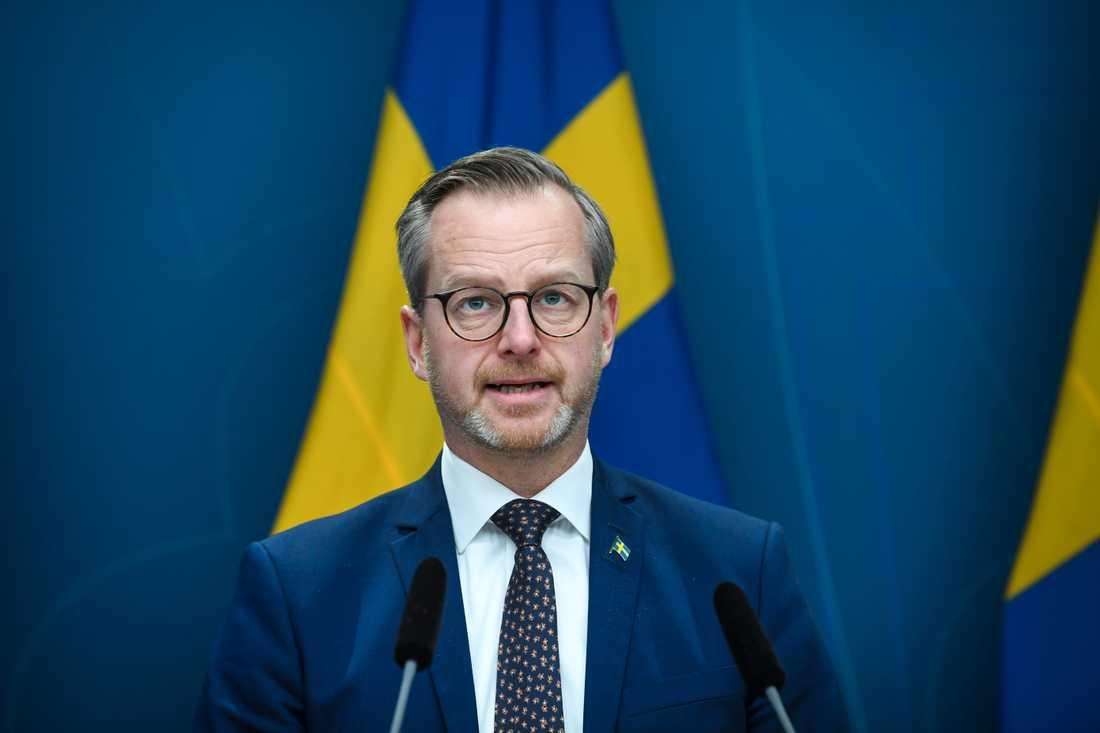 Inrikesminister Mikael Damberg (S) meddelar att regeringen stoppar inresor från Norge.