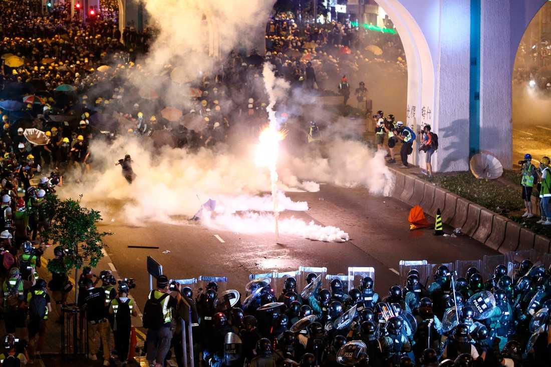 Under protesterna i Hongkong, som resulterat i allt våldsammare sammandrabbningar mellan demonstranter och polis, har polisen vid flera tillfällen använt tårgas. Som här, den 21 juli.