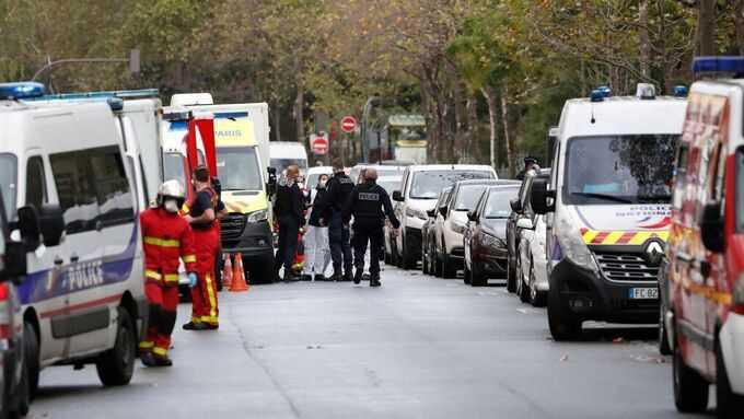 Fyra personer har skadats efter en knivattack utanför satirtidningen Charlie Hebdos gamla lokaler i Paris.