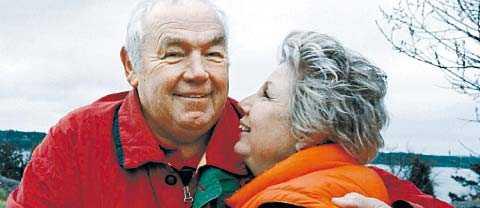 kärlek Ingemar Johansson med hustrun Edna i sin famn.
